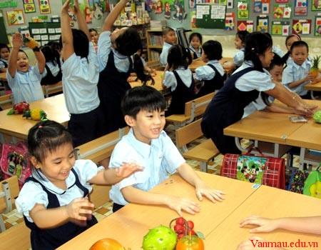 lophoc1 - Kể lại kỉ niệm đáng nhớ giữa mình và thầy cô giáo cũ nhân ngày 20-11