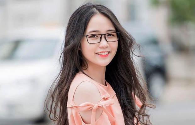 """nu sinh 20181115 040157 - Nitsơ, một triết gia nổi tiếng phương Tây cho rằng: """"Phải biết... mẽ"""". Nhà văn Nam Cao lại cho rằng: """"Kẻ mạnh... trên đôi vai mình"""". Anh (chị) suy nghĩ gì về hai ý kiến trên"""