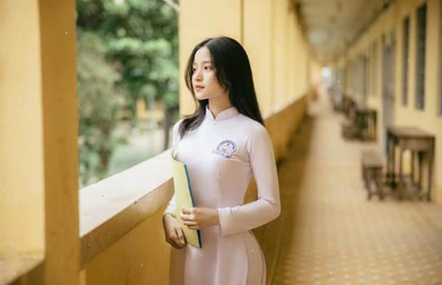 nu sinh dien aoinh 4 - Phát biểu cảm nghĩ về bài Rằm tháng giêng của Hồ Chí Minh